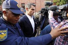 <p>Jornalista de tablóide britânico Simon Wright, deixa o tribunal na Cidade do Cabo depois de ser acusado de ajudar o torcedor Pavlos Joseph a entrar no vestiário da seleção inglesa durante a Copa do Mundo. 30/06/2010 REUTERS/Mike Hutchings</p>