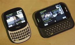"""<p>Microsoft tire un trait sur sa nouvelle génération de smartphones, les """"Kin"""" présentés il y a moins de trois mois lors de leur commercialisation aux Etats-Unis comme des concurrents sérieux aux combinés d'Apple et de Google. /Photo prise le 12 avril 2010/REUTERS/Robert Galbraith</p>"""