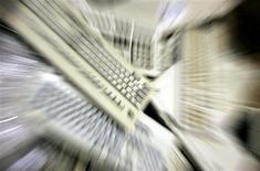 <p>Selon le cabinet d'études Gartner, les dépenses informatiques mondiales devraient progresser moins que prévu initialement en 2010, en raison de la crise de la dette en Europe et de la dépréciation de l'euro face au dollar. /Photo d'archives/REUTERS/Régis Duvignau</p>