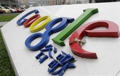 <p>El logo de la compañía Google en su sede de Pekín, jul 1 2010. China dijo el jueves que no tiene comentarios sobre la decisión de Google de poner fin a la redirección automática de su portal hacia su versión no censurada en Hong Kong, pero reiteró que todos los operadores de Internet deben regirse por la legislación local. REUTERS/Jason Lee</p>