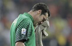 <p>Julio César chora após eliminação do Brasil da Copa do Mundo. REUTERS/Michael Kooren</p>