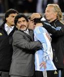 <p>O treinador argentino Diego Maradona defendeu os jogadores de sua equipe diante da amarga derrota por 4 x 0, neste sábado, para a Alemanha e disse que pensará se vai permanecer no comando da seleção. REUTERS/Dylan Martinez</p>