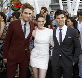 """<p>Imagen de archivo del elenco de """"The Twilight Saga: Eclipse"""": Robert Pattinson, Kristen Stewart y Taylor Lautner, en Los Angeles. Jun 24 2010. REUTERS/Mario Anzuoni /ARCHIVO</p>"""
