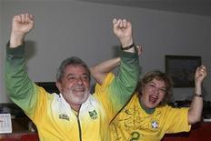 <p>Presidente Lula e sua esposa Marisa durante jogo do Brasil contra o Chile na Copa do Mundo. Lula disse nesta segunda-feira que o Brasil não pode ficar se lamentando pela eliminação da Copa, mas se preparar para a conquista do título em 2014, quando o evento será realizado no país. 28/06/2010 REUTERS/Ricardo Stuckert</p>