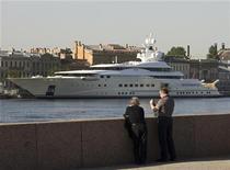 <p>Люди смотрят на яхту Романа Абрамовича, стоящую на Неве в Санкт-Петербурге, 6 июня 2008 года. Роскошные казино Монте-Карло и шикарные альпийские курорты Куршевель и Сент-Мориц уже привыкли к русскому языку. Теперь российские миллиардеры бросают вызов открытому морю на яхтах стоимостью в миллионы долларов. REUTERS/Sergei Karpukhin</p>