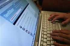 <p>Foto de archivo del sitio de mensajería corte de internet Twitter en un ordenador portátil en Los Angeles, oct 13 2009. Los pulgares de los políticos holandeses fueron silenciados el martes, después de que los asesores del gabinete pidieran que se prohibiera el uso del servicio de microblogs Twitter durante las difíciles negociaciones para formar Gobierno. REUTERS/Mario Anzuoni</p>