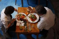 <p>A couple lunches at vegetarian restaurant Artemisia in Buenos Aires July 7, 2010. Meat-loving Argentina has seen a growth of vegetarian restaurants, associations and products as more diners have dropped steaks from their diet. REUTERS/Martin Acosta</p>