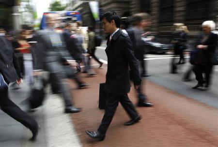 7月8日、6月の豪雇用統計は就業者数が季節調整済みで前月比4万5900人増に。写真はシドニー中心部を歩くビジネスマン。昨年10月撮影(2010年 ロイター/Daniel Munoz)