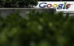 <p>Le ministère chinois de l'Industrie et des Technologies de l'information a annoncé dimanche le renouvellement de la licence d'exploitation de Google en Chine, confirmant ainsi une annonce faite deux jours plus tôt par l'entreprise américaine. /Photo prise le 6 juillet 2010/ REUTERS/Bobby Yip</p>