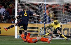 <p>Andrés Iniesta chuta para marcar o gol da vitória espanhola contra a Holanda na final da Copa do Mundo da África do Sul. REUTERS/Marcos Brindicci</p>