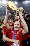 <p>O espanhol Andrés Iniesta levanta troféu de campeão mundial. REUTERS/Marcos Brindicci</p>