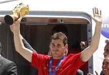 <p>Capitão e goleiro espanhol, Iker Casillas, levanta a primeira Copa do Mundo conquistada pelo país, depois de chegar ao aeroporto em Madrid. 12/07/2010 REUTERS/Sergio Perez</p>