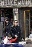 """<p>Brad Pitt e Angelina Jolie deixam restaurante com a filha hiloh em Veneza. Jolie defendeu as escolhas de estilo de sua filha Shiloh no fim de semana, classificando-as de """"fascinantes"""". 16/07/2010 REUTERS/Michele Crosera</p>"""