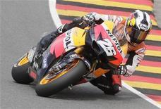 <p>Dani Pedrosa durante corrida do MotoGP da Alemanha no circuito Sachsenring. O espanhol venceu a etapa alemã da MotoGP no domingo e diminuiu a diferença para o líder do campeonato mundial Jorge Lorenzo. 18/07/2010 REUTERS/Tobias Schwarz</p>