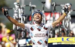 <p>Christophe Riblon comemora ao atravessar a linha de chegada na 14a etapa do Volta da França. 18/07/2010 REUTERS/Francois Lenoir</p>