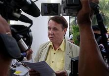 <p>El aclamado pianista ruso Mikhail Pletnev se dirige a la prensa en un tribunal tailandés, en Pattaya. jul 19 2010. El aclamado pianista ruso Mikhail Pletnev hizo una breve aparición en un tribunal tailandés el lunes para declararse inocente de los cargos que lo acusan de violar a un niño y dijo que el hecho de que haya vuelto al país demuestra que es un hombre de honor. REUTERS/Sukree Sukplang</p>