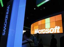<p>A la faveur des ventes robustes de son système d'exploitation Windows 7, Microsoft a enregistré une hausse de 48% de son bénéfice trimestriel, qui s'est établi à 4,52 milliards de dollars au titre du quatrième trimestre de son exercice décalé. /Photo d'archives/REUTERS/Rick Wilking</p>