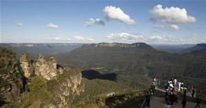 <p>Tourists view a sandstone cliff outcrop in the Blue Mountains town of Katoomba, about 90 kilometres (56 miles) west of Sydney in this May 17, 2008 file photo. REUTERS/Tim Wimborne</p>