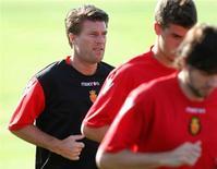 <p>O técnico do Real Mallorca, Michael Laudrup (à esquerda), corre durante treino em Palma de Mallorca, 8 de julho de 2010. O Mallorca foi excluído da disputa da Liga Europa nesta temporada. REUTERS/Enrique Calvo</p>