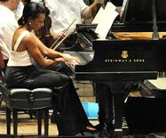 <p>Former U.S. Secretary of State Condoleezza Rice plays the piano during a performance with the Philadelphia Orchestra in Philadelphia, Pennsylvania, July 27, 2010. REUTERS/John Randolph</p>