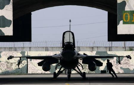 An Air Force officer runs beside a F-16 fighter plane at Chia-yi Air Force base, in Taiwan, September 12, 2007. U.S. officials will defer any major new arms sales to Taiwan until at least 2011 as Beijing steps up pressure on Washington, where mending Sino-U.S. ties is a priority, defence analysts say. REUTERS/Nicky Loh/Files