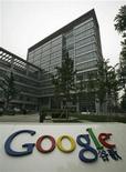 <p>Foto de archivo de la sede central de la compañía Google en Pekín, jun 30 2010. Google Inc dijo el viernes que el reporte de la firma sobre que las búsquedas en China estaban siendo bloquedas podría ser resultado de una falla técnica propia que exageró el problema. REUTERS/Bobby Yip</p>