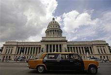 <p>Um táxi passa em frente ao Capitólio, em Havana, Cuba, em 9 de julho. Um maior número de turistas latino-americanos visitou a ilha no primeiro semestre deste ano, informou a televisão estatal, ajudando a compensar uma queda nos mercados tradicionais afetados pela crise global. 09/07/2010 REUTERS/Desmond Boylan</p>