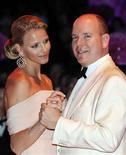 <p>El príncipe Alberto de Mónaco y su prometida Charlene Wittstock asisten a un baile de gala en Montecarlo, jul 30 2010. REUTERS/Eric Gaillard (MONACO)</p>