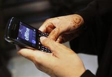 <p>A woman uses her Blackberry mobile device at a shopping mall in Dubai August 2, 2010. REUTERS/Mosab Omar</p>