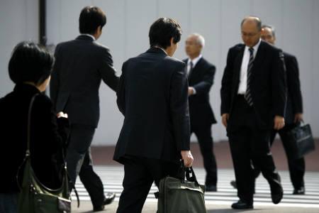 8月4日、職場でのスーツ着用率が日本は世界10位であることが、ロイターなどの調査で分かった。都内で2008年11月撮影(2010年 ロイター)