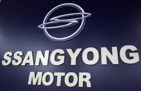 A logo of Ssangyong Motor is seen at a branch shop in Seoul May 28, 2010. Mahindra & Mahindra is planning bid up to $400 million for troubled South Korean automaker Ssangyong Motor, sources said, as it seeks to become a major global utility vehicles maker.  REUTERS/Truth Leem