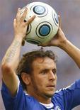 <p>Rafinha do Schalke 04 durante joga da Liga Alemã contra o Freiburg, em 2009. O Genoa contratou nesta quarta-feira o lateral direito brasileiro. 29/08/2009 REUTERS/Ina Fassbender</p>