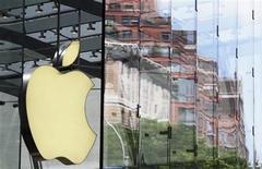 <p>Foto de archivo del logo de la compañía Apple a la salida de una tienda de la empresa en Nueva York, jul 19 2010. Apple Inc está en negociaciones para comprar el desarrollador de software chino Handseeing, dijo un ejecutivo de la compañía china el viernes, en lo que sería la primera adquisición del fabricante del iPhone en el país. REUTERS/Lucas Jackson</p>