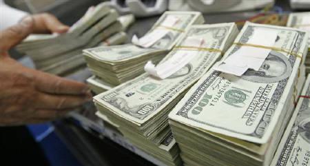8月6日、ニューヨーク外為市場で、ドルが対円で15年ぶり安値に迫り、対ユーロでも値下がりした。写真は米ドル紙幣。ソウルの銀行で昨年2月撮影(2010年 ロイター/Lee Jae-Won)