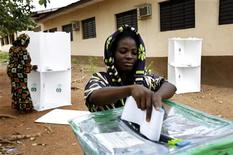 <p>A Nigerian woman casts her vote at a polling station in Abeokuta, 80 kilometers (50 miles) north of the main city of Lagos, April 21, 2007. REUTERS/Finbarr O'Reilly</p>