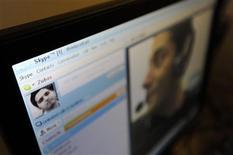 <p>Un par de amigos conversa mediante el servicio Skype en Londres, ago 10 2010. El grupo británico de televisión de pago BSkyB presentó una queja por el registro de la marca comercial Skype por parte del proveedor del servicio de telefonía por internet, afirmando que su nombre se parece mucho al de su marca Sky. REUTERS/Paul Hackett</p>
