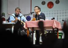 """<p>Andras Kispal (izquierda en la imagen) y Adras Lovasi del trío """"Kispal and the Badger"""" durante el Festival Sziget en Budapest, ago 9 2010. Cuando acabó el comunismo en Hungría, un pequeño partido político llamado Alianza de Jóvenes Demócratas (Fidesz) celebró con dos conciertos: uno para despedir la era vieja y otro para dar la bienvenida a la nueva. REUTERS/Bernadett Szabo</p>"""