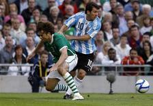 <p>O jogador argentino Lionel Messi passa por Kevin Kilbane, da Irlanda, durante amistoso em Dublin, 11 de agosto 2010. REUTERS/Cathal McNaughton</p>