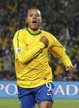 <p>Luis Fabiano comemora gol pela seleção brasileira durante a Copa do Mundo contra o Chile. É possível que o jogador seja comprado pelo Olympique de Marselha, saindo do clube espanhol Sevilla. 28/06/2010 REUTERS/Kai Pfaffenbach</p>