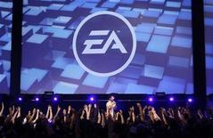 <p>Foto de archivo de un grupo de visitantes en el show de Electronic Arts desarrollado en la feria Gamescom en Colonia, Alemania, ago 22 2009. La revolución móvil está forzando un cambio en los juegos tradicionales, dijo el responsable operativo de Electronic Arts, en momentos en los que los juegos en los teléfonos móviles y las redes sociales se convierten en un disparador importante de la industria. REUTERS/Ina FAssbender</p>