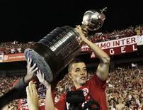 <p>Argentino Andrés D'Alessandro levanta a taça da Copa Libertadores conquistada com o Internacional. 18/08/2010 REUTERS/Bruno Domingos</p>
