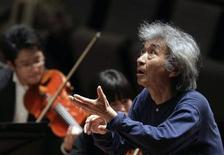 <p>Imagen de archivo del maestro Seiji Ozawa dirigiendo una orquesta en Teatro Nacional de Pekín. Abr 15 2009 El director de orquesta más famoso de Japón, Seiji Ozawa, terminó su tratamiento contra el cáncer de esófago, pero sólo dirigirá una pieza en dos conciertos de un festival que se celebrará en septiembre debido a que su salud sigue siendo frágil, dijeron los organizadores. REUTERS/Grace Liang/ARCHIVO</p>