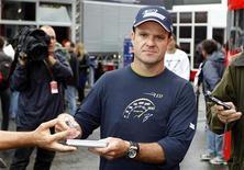 <p>Rubens Barrichello assina autógrafos antes do GP da Bélgica. Michael Schumacher enviou uma mensagem de texto a Barrichello pedindo desculpas pelo incidente no GP da Hungria. 26/08/2919 REUTERS/Francois Lenoir</p>