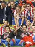 <p>Jogadores do Atlético de Madri comemoram título da Supercopa após derrotarem a Inter de Milão por 2 x 0. REUTERS/Philippe Laurenson</p>