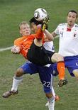 <p>Atacante holandês Dirk Kuyt tenta uma bicicleta em partida contra o Japão na Copa do Mundo da África do Sul. REUTERS/Paul Hanna</p>