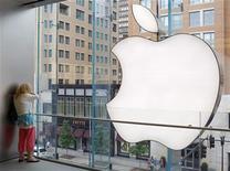 <p>Imagen de archivo de una tienda de Apple en Boston. Jul 19 2010 La mayor feria móvil del mundo acogerá su primer evento para programadores de Apple el próximo año, en una muestra de la enorme influencia de la marca en la industria, aunque la compañía en sí nunca ha participado en la muestra. REUTERS/Brian Snyder/ARCHIVO</p>
