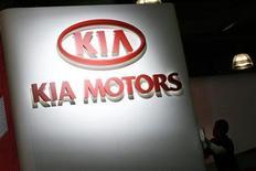 <p>Imagen de archivo del logo de Kia Motors en una muestra de automóviles en Nueva York. Mar 19 2008 Kia Motors, la segunda automotora de Corea del Sur, anunció el martes que su presidente ejecutivo conjunto renunció para asumir su responsabilidad por el retiro de casi 86.000 autos en algunos de sus modelos, incluyendo al sedan compacto Soul. REUTERS/Keith Bedford/ARCHIVO</p>