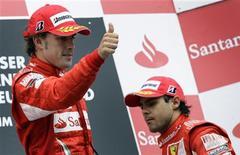 <p>Pilotos da Ferrari Fernando Alonso e Felipe Massa no pódio do GP da Alemanha de F1, em Hockenheim. 25/07/2010 REUTERS/Thomas Bohlen</p>