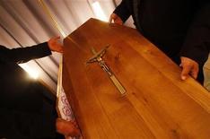 <p>L'Eglise catholique australienne a enjoint aux prêtres et aux pompes funèbres de ne plus tolérer lors des obsèques la diffusion de musique profane, comme les tubes du groupe rock AC/DC ou l'hymne de l'équipe sportive préférée du défunt. /Photo d'archives/REUTERS/Régis Duvignau</p>