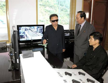 9月13日、北朝鮮労働党が、金正日総書記の健康問題を理由に、30年ぶりの党代表者会開催を延期したことが明らかに。写真は鉱山を視察する金正日総書記。KCNAが111日配信(2010年 ロイター)